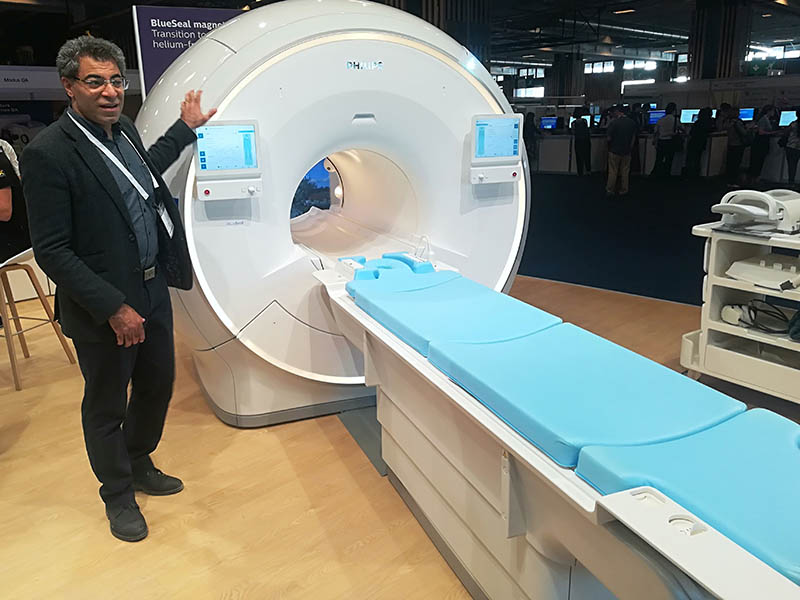 MRI system Scanner MRT Zarbakhsh Javad presenting